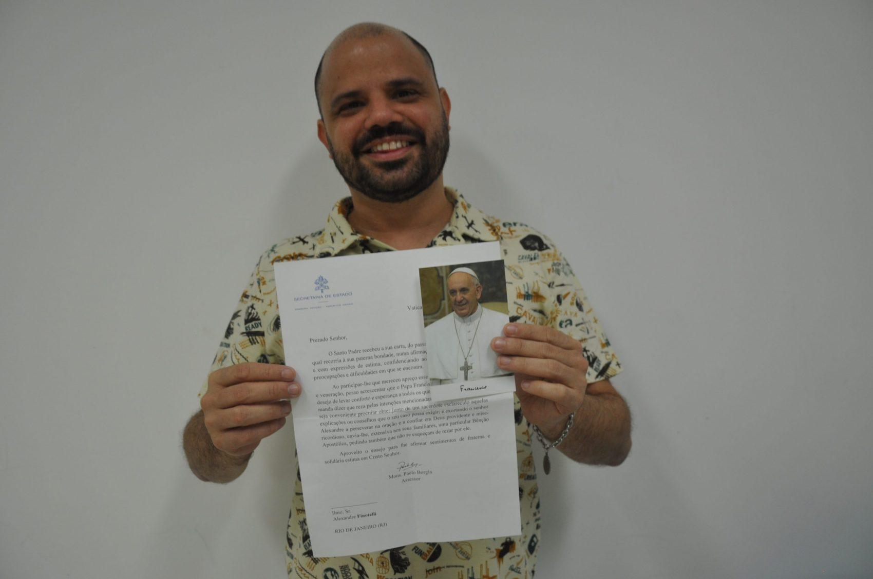 Alexandre Sinotelli e a carta do Papa Francisco: emoção e força para seguir na fé católica mesmo enfrentando preconceitos (Foto: Elis Bartonelli)