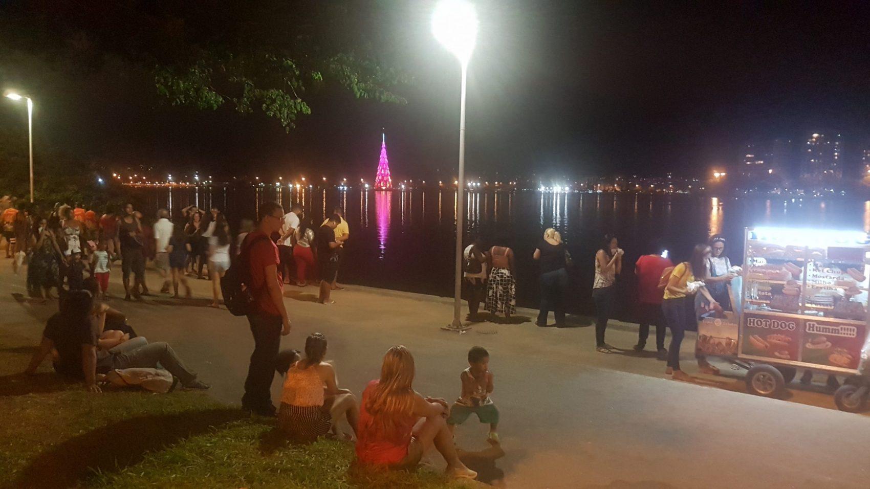 Crianças, adolescentes, barraquinhas: programa noturno na Lagoa iluminada pela árvore em clima familiar (Foto: Oscar Valporto)