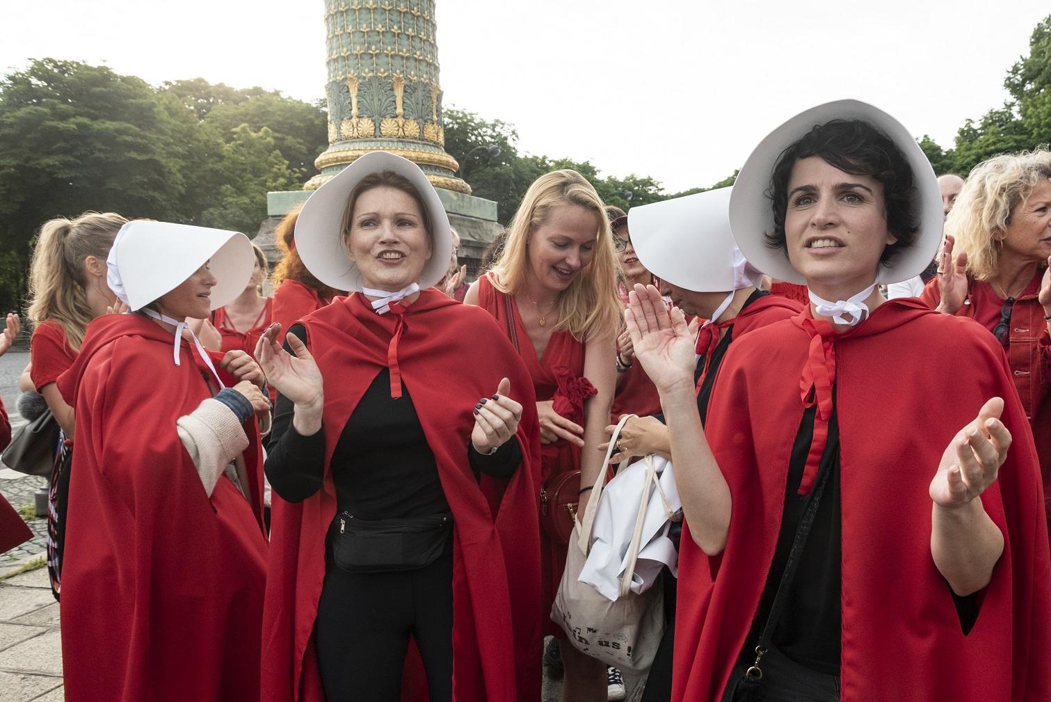 """Ativistas se vestem como as personagens de """"The Handmaid's Tale"""" para protestar contra a proibição do aborto em frente à Embaixada dos EUA em Paris. Foto Samuel Boivin/NurPhoto"""