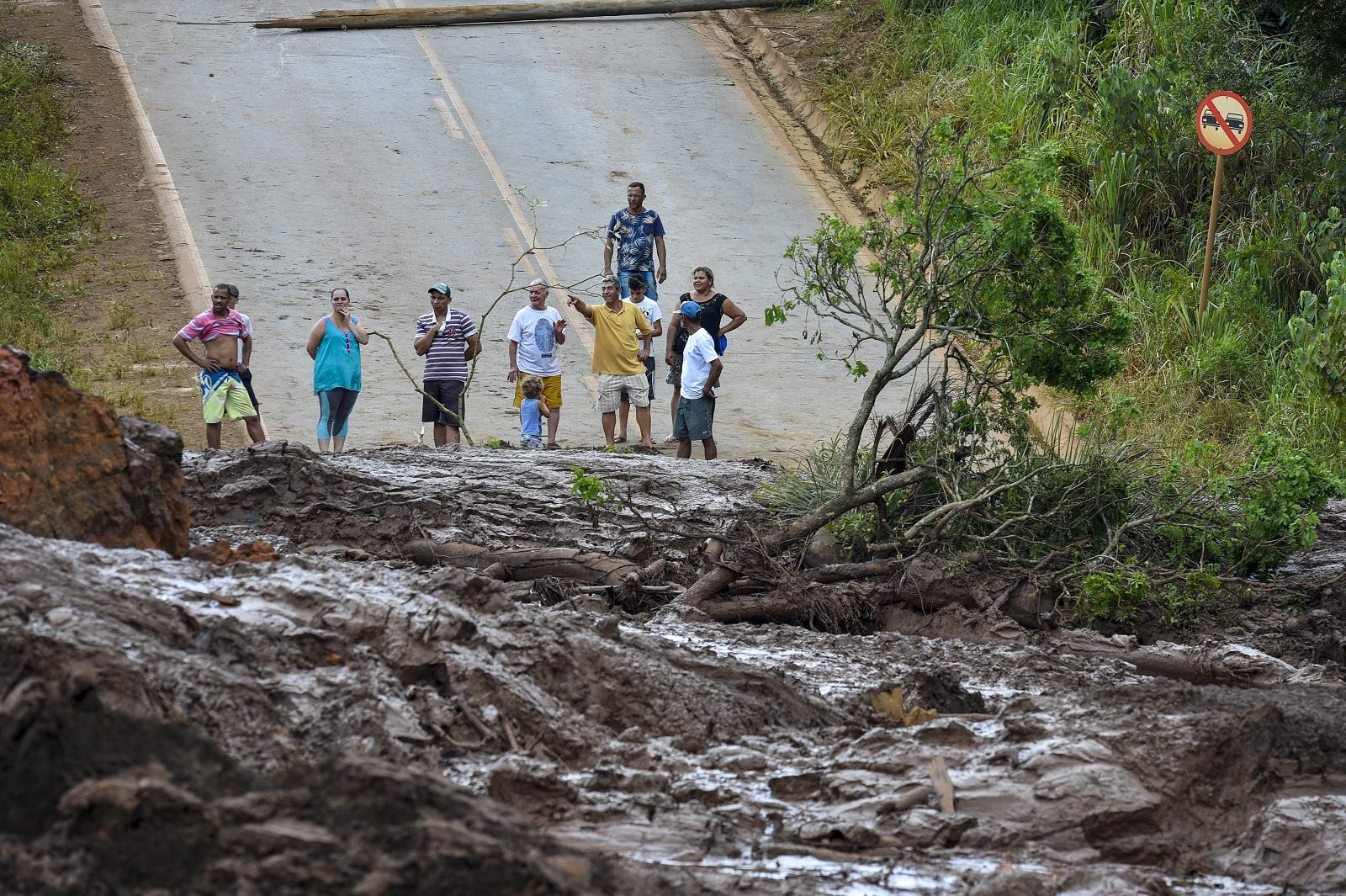 Moradores de Brumadinho observam a destruição provocada pelo mar de lama. Foto Lucas Bois / Anadolu Agency