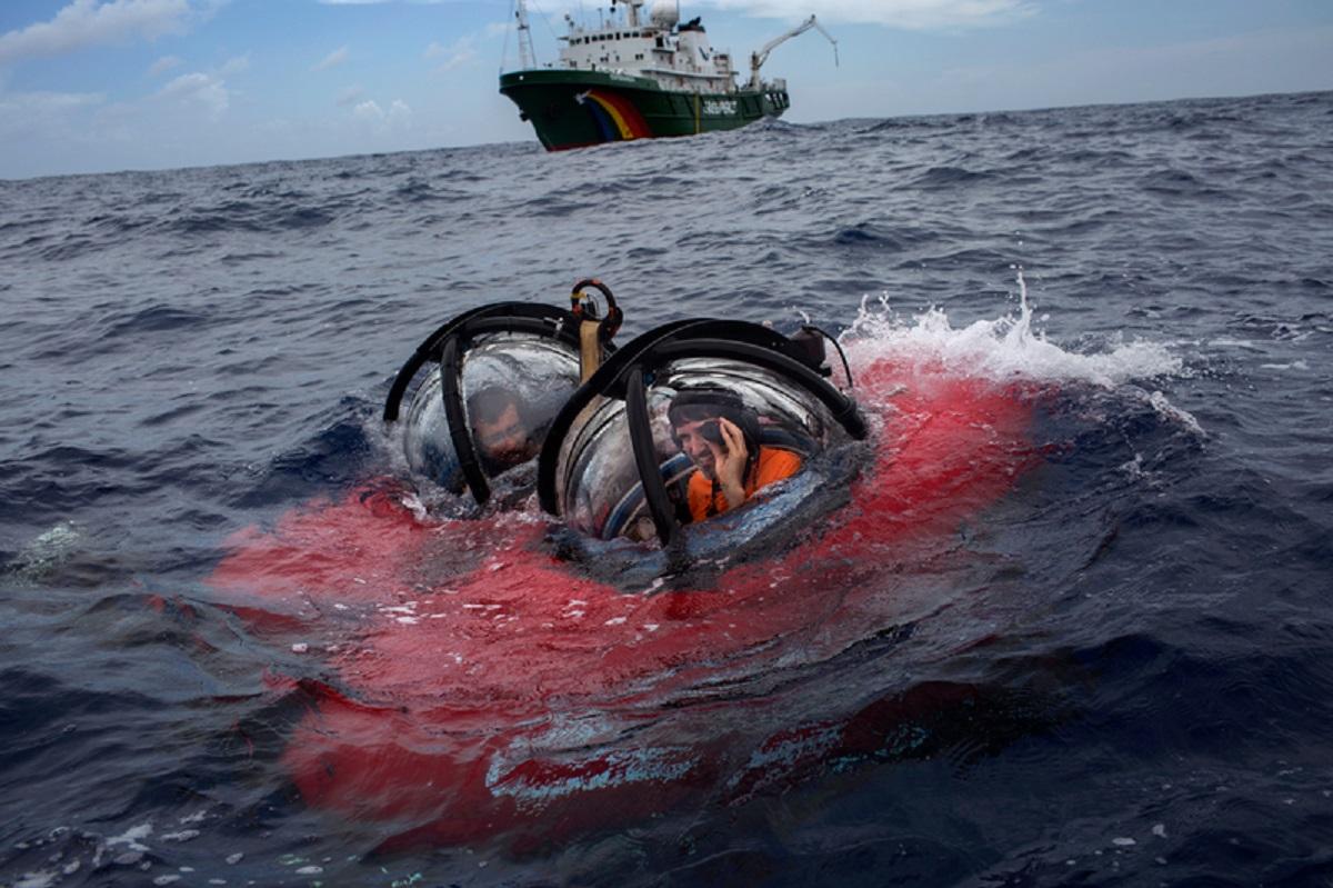 Professor Ronaldo Francini Filho (dir.) da UFPB e John Hocevar (esq.) diretor da Campanha de Oceanos do Greenpeace (EUA), embarcados em submarino usado na expedição. Foto Marizilda Cruppe/Greenpeace