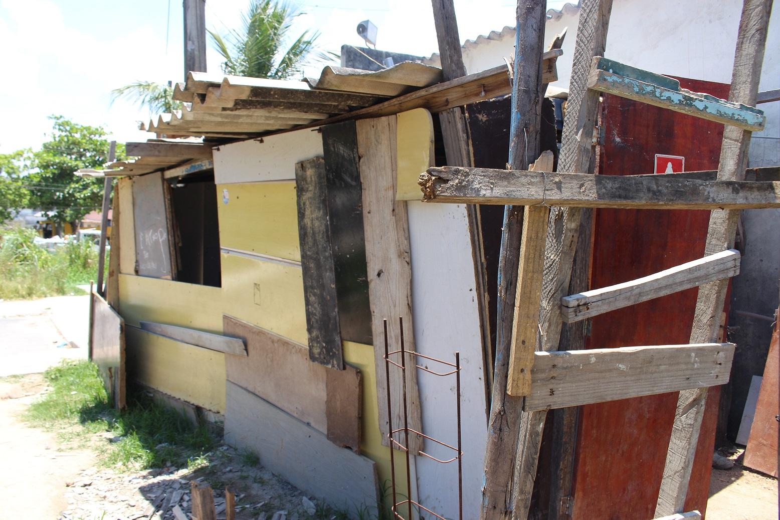 Barraco feito com restos de materiais na área apelidada de Portelinha em Antares. Foto: Yuri Fernandes