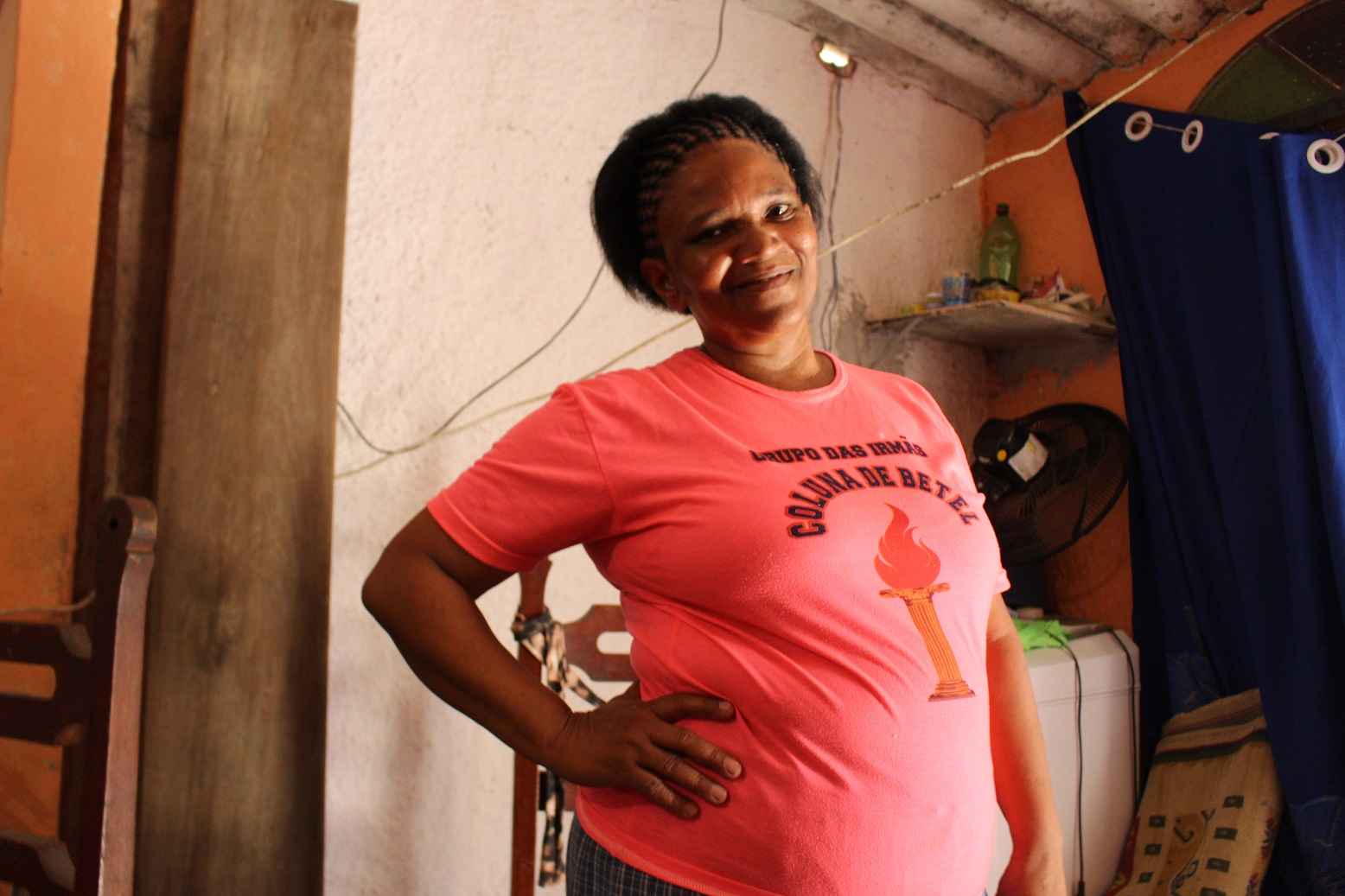 Neli Pereira sobrevive de bicos: cobra R$2 para agendar emissão de documentos com isenção. Foto: Yuri Fernandes