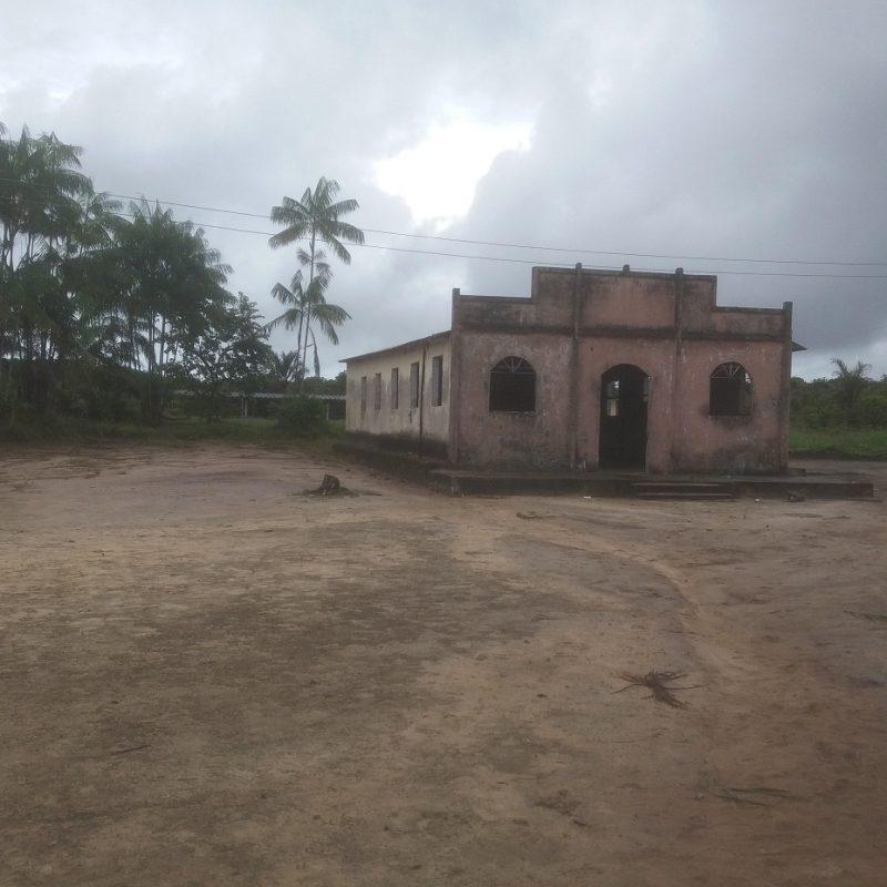 Escola na comunidade de São Pedro, uma das poucas que não é a céu aberto no Alto Rio Negro. Foto Luís Edmundo Araújo