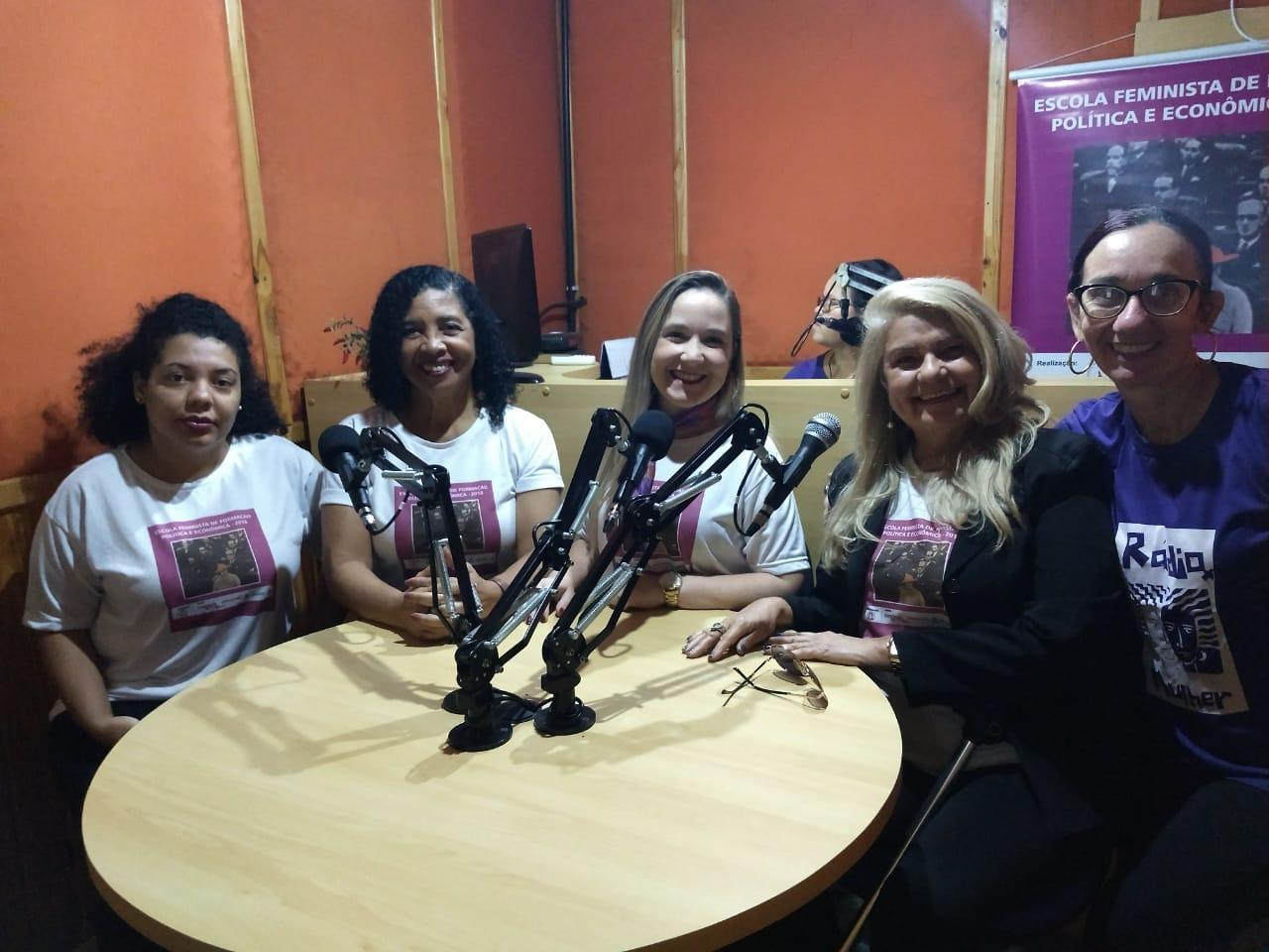Alunas da Escola Feminista participam de programa de rádio. Foto: Divulgação