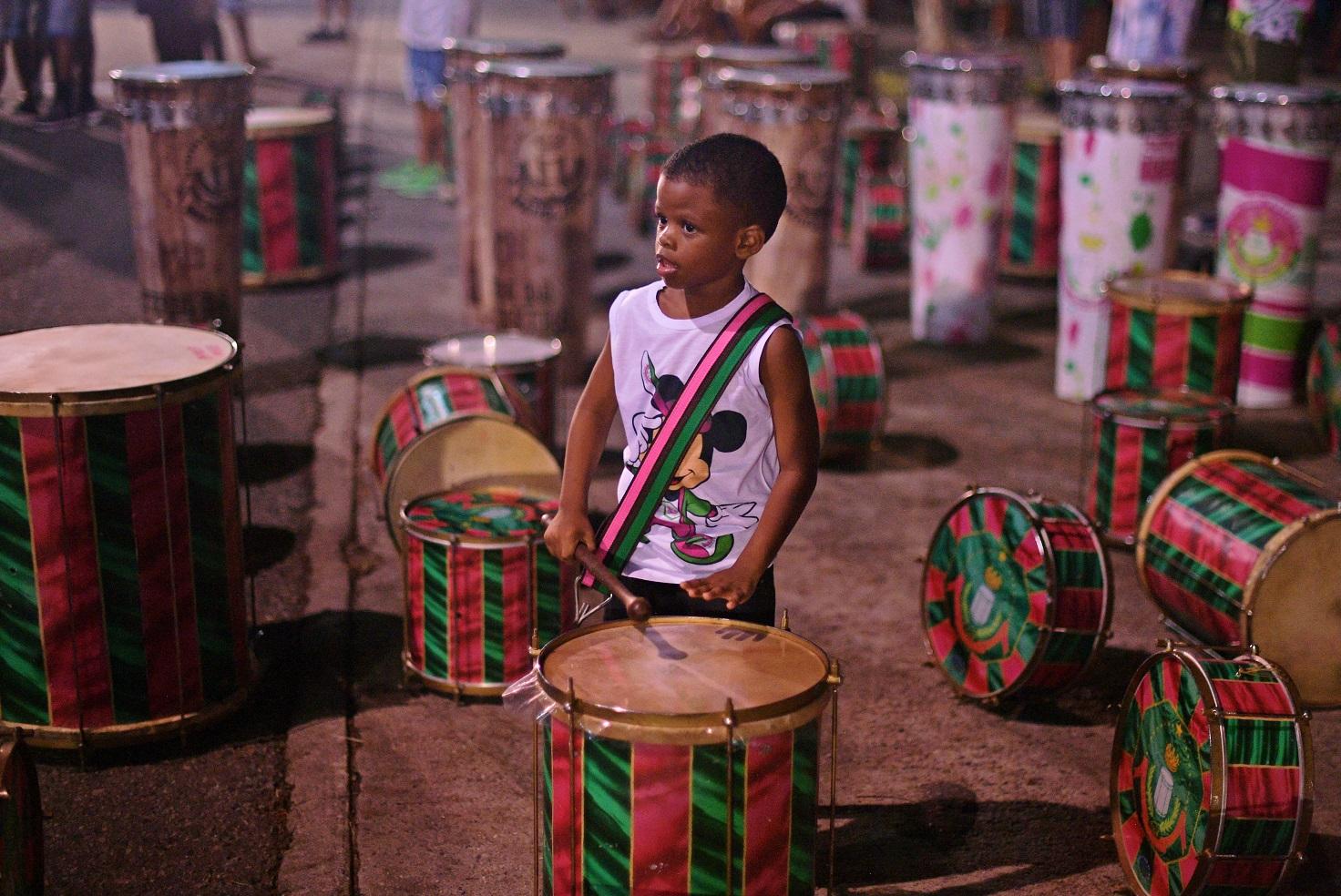O jovem ritmista aguarda o início do ensaio técnico da Mangueira no Sambódromo. Foto Carl de Souza/CDS/AFP