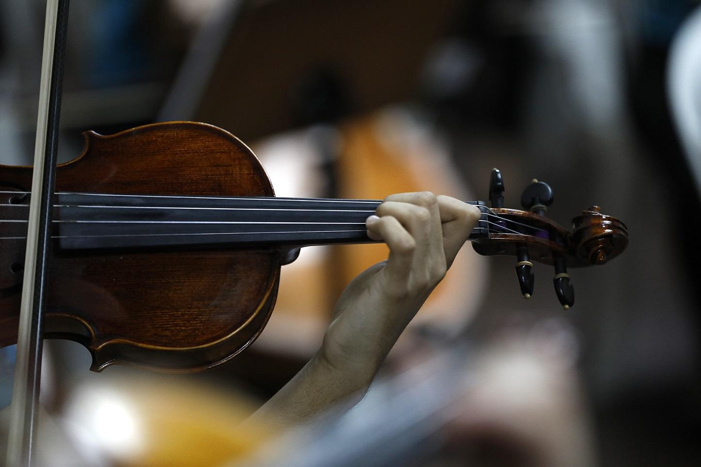 Os instrumentos ficam com os alunos, em regime de comodato, e o projeto oferece a cada um uma bolsa de R$ 450,00. Foto Custódio Coimbra
