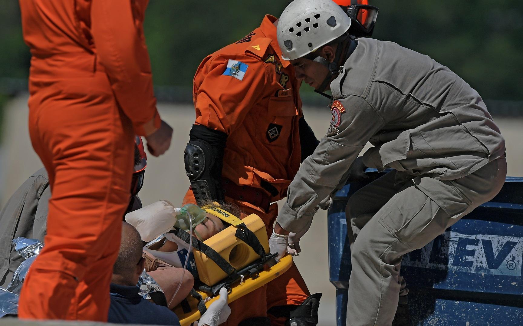 O resgate das vítimas na tragédia da comunidade do Muzema, na Zona Oeste do Rio. Foto Carl de Souza/AFP