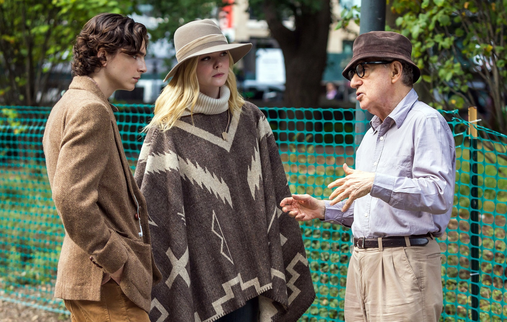 """Timothee Chalamet, Elle Fanning e Woody Allen durante as gravações de """"Um dia de chuva em Nova York"""". Foto Divulgação"""