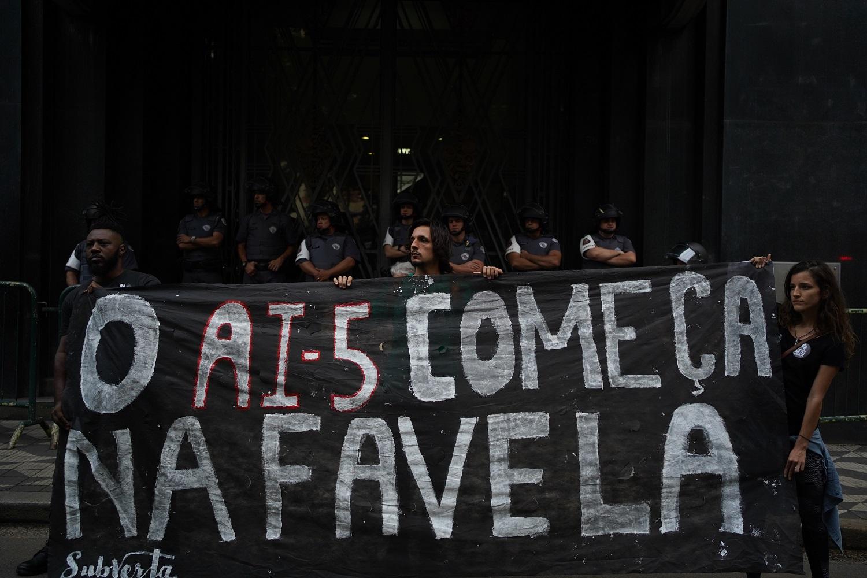 Manifestantes lembram o AI5 durante ato em SP contra o massacre de Paraisópolis. Foto Felipe Beltrame/NurPhoto