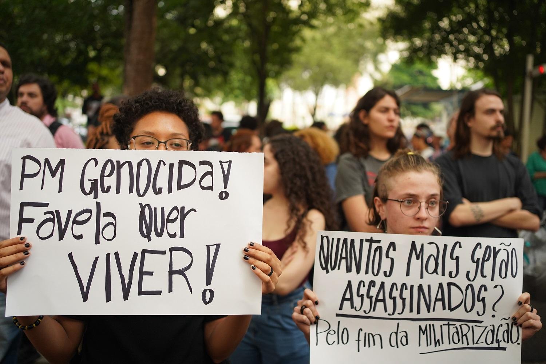 Manifestantes seguram cartazes em protesto contra o massacre de Paraisópolis.  Foto Felipe Beltrame/NurPhoto