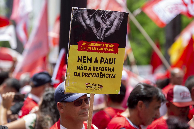 Manifestantes protestam em São Paulo contra o projeto de reforma da previdência. Foto Suamy Beydoun/AGIF