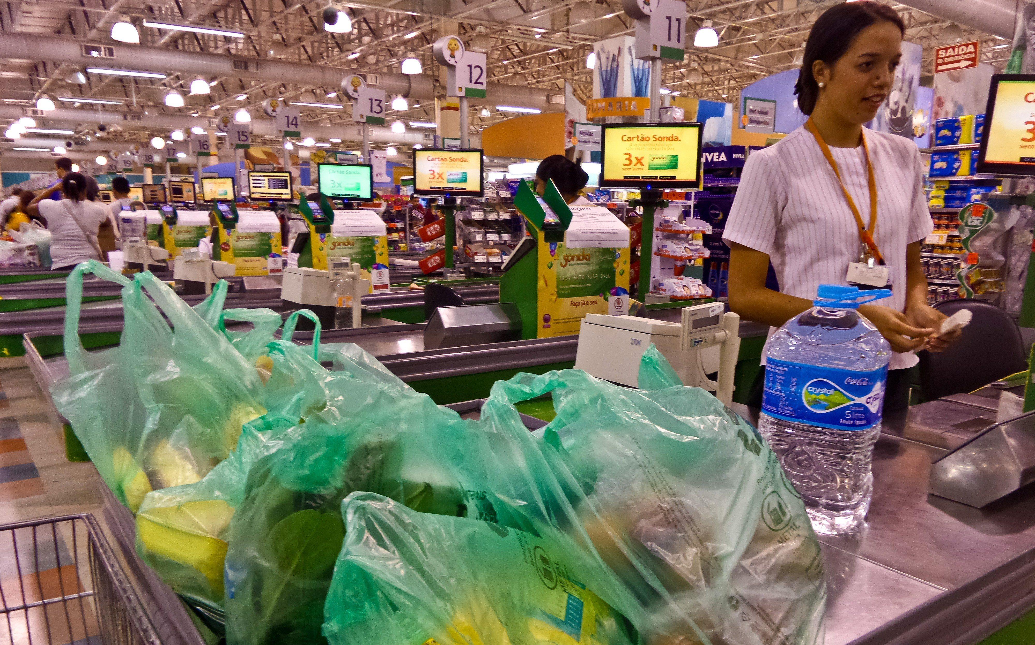 Sacolas plásticas feitas com resina de cana-de-açúcar em supermercado de São Paulo: material reciclável mas não-biodegradável deve ser usado em estabelecimentos do Rio (Foto: Rafael Neddermeyer/ Fotos Públicas)