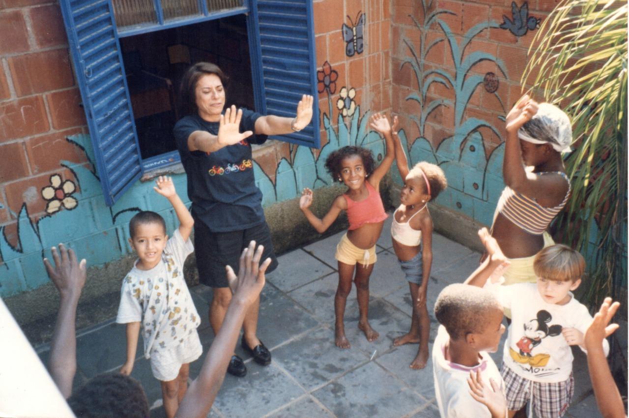 Yvonne Bezerra de Melo e seus alunos. Foto de Divulgação