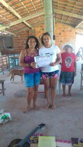 Juliana exibe orgulhosa o certificado da Escola Feminista ao lado da mãe (Foto: Arquivo pessoal)