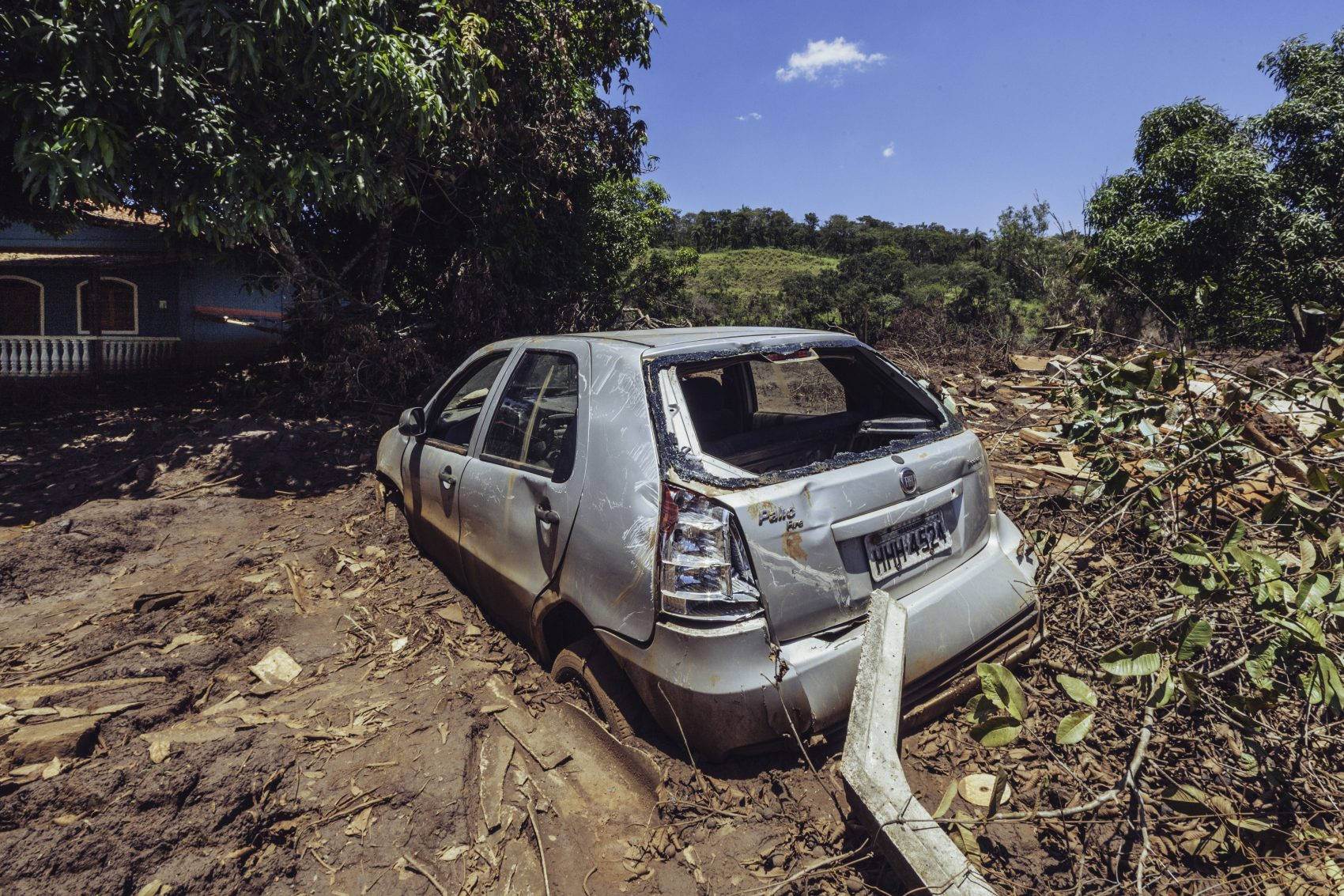 Carro arrastado pela lama tóxica (Foto: Andre Mantelli)