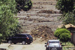 Não só a rua, mas várias casas foram arrastadas pela força da lama tóxica que veio da baragem do Córrego do Feijão (Foto: Andre Mantelli)