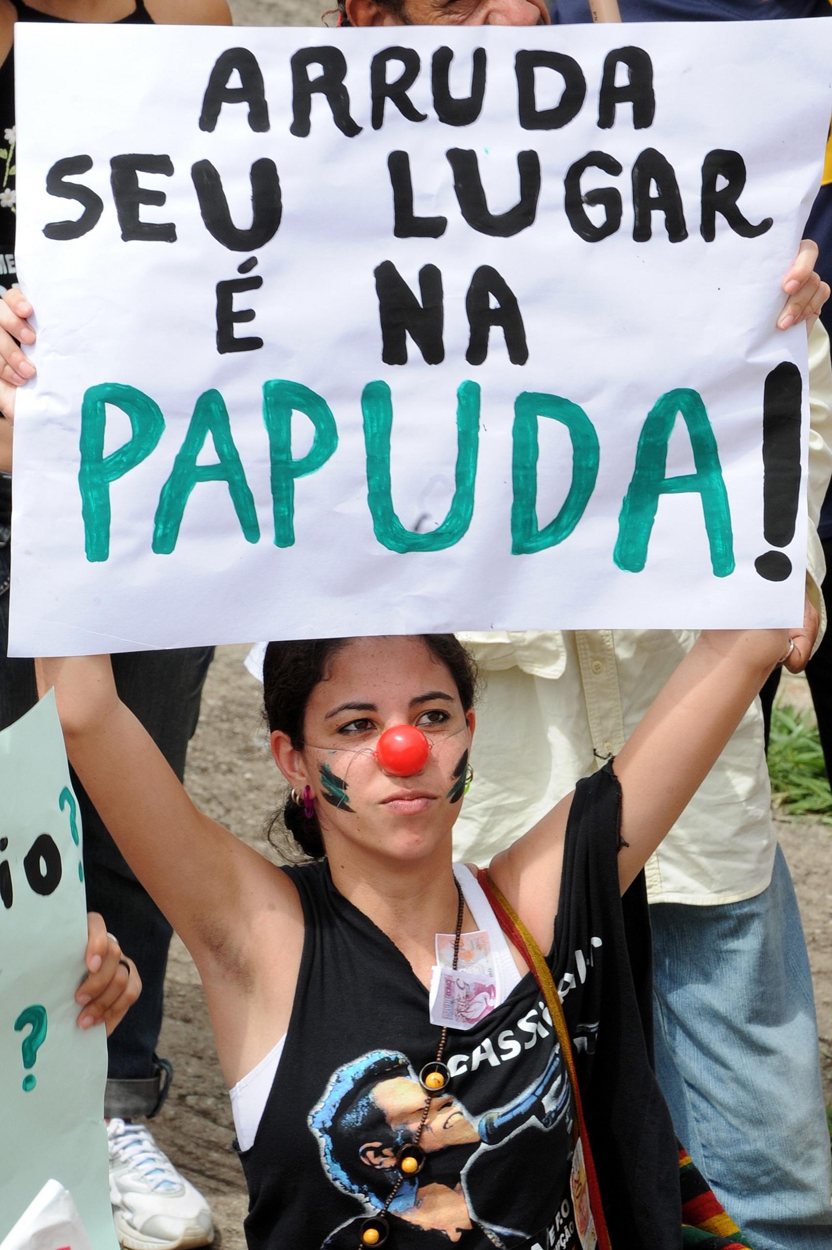 Manifestantes protestam contra o governador José Roberto Arruda no Dia Internacional Contra a Corrupção , em Brasília, em Dezembro de 2009 (Foto: EVARISTO SA / AFP)