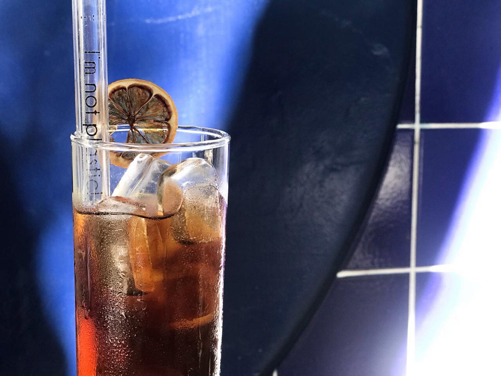 Com o uso de canudos como o de vidro, o Zazá bistrô deixou de consumir 12 mil canudos plásticos em dois anos (Foto: Divulgação)