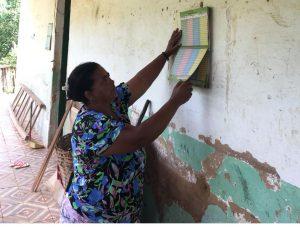 Dona Lia com a sua caderneta Foto: Juliana Câmara / Divulgação)