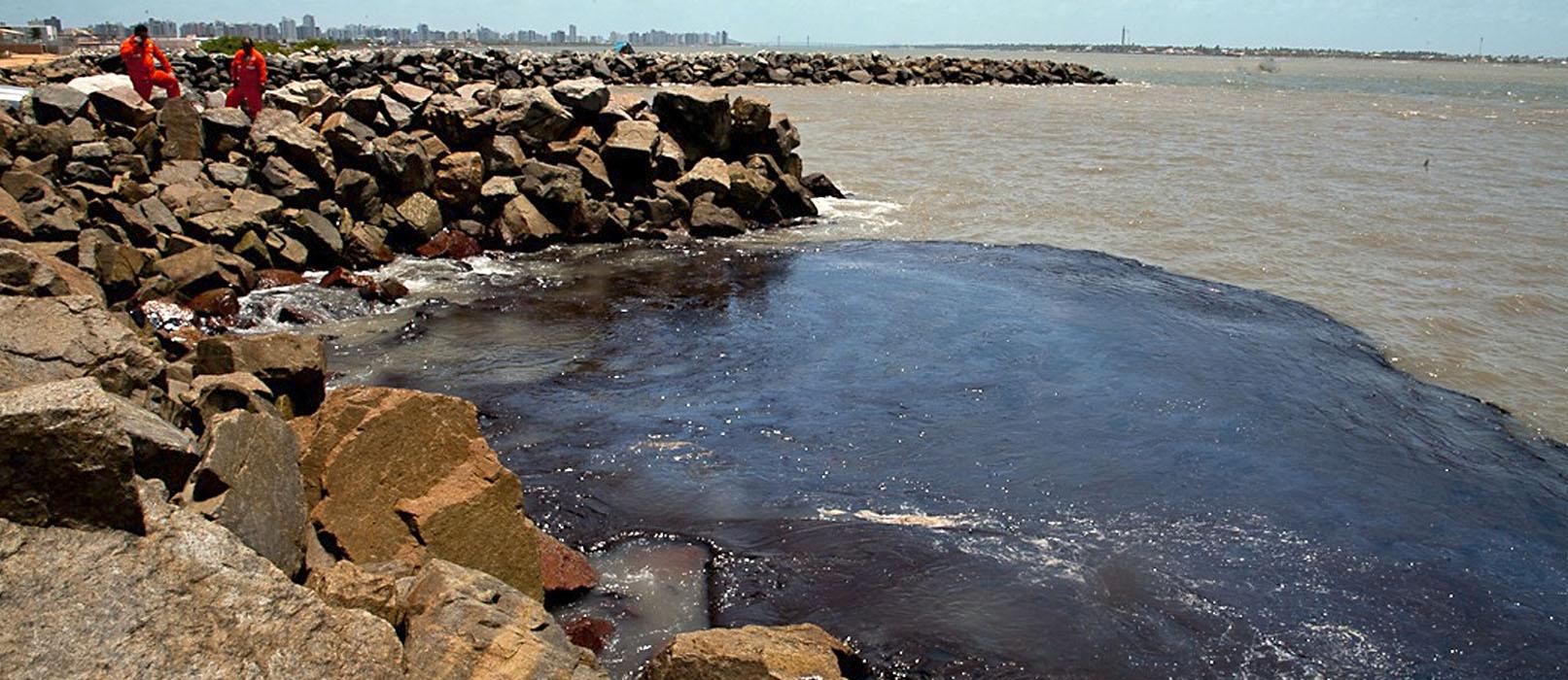Mancha de óleo no mar perto de Aracaju em outubro: pesquisadores avaliam eficiência de materiais na remoção do óleo no litoral nordestino (Foto: Marcos Rodrigues/Governo de Sergipe)