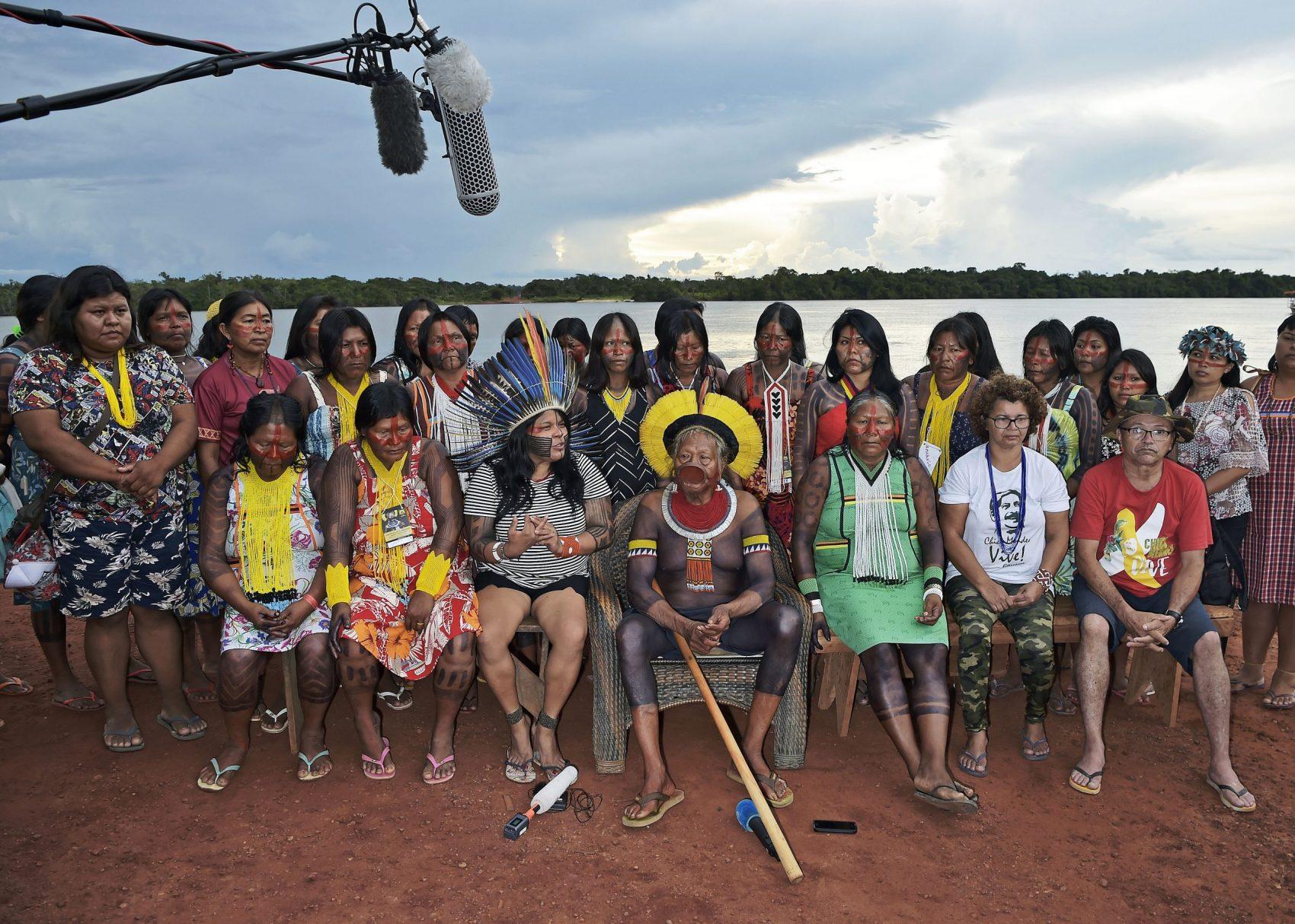 Cacique Raoni dá entrevista cercado de mulheres na Aldeia Piaraçu: preocupação com o fortalecimento de lideranças femininas e jovens para (Foto: Carl de Souza/AFP)