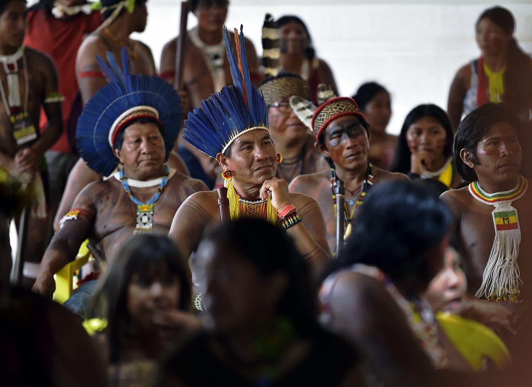 Caciques e líderes de etnias indígenas reunidos na TI Capoto Jarina, São José do Xingu (MT): representantes de 45 povos vestidos com as cores de suas culturas originais (Foto: Carl de Souza/AFP)