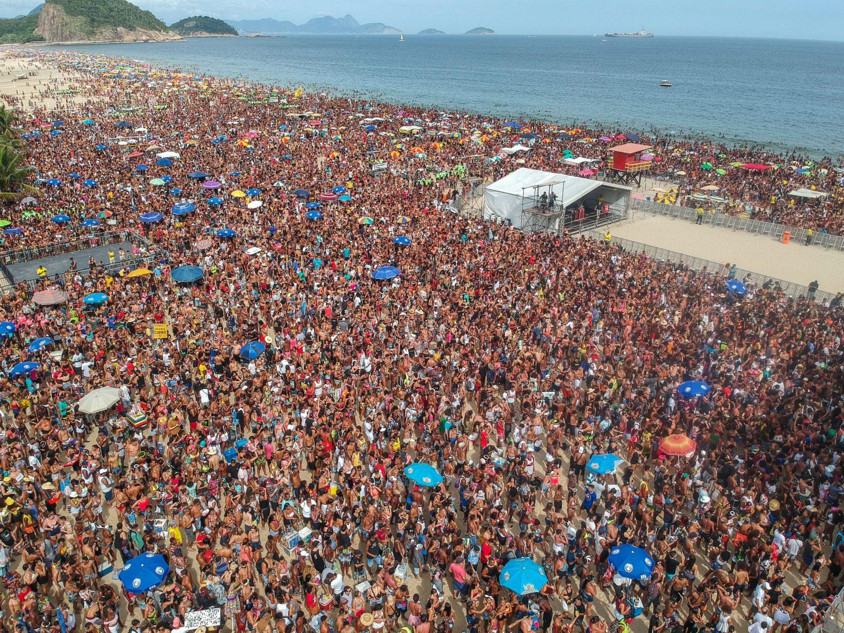 Multidão estimada em 300 mil pessoas na praia de Copacabana para show do Bloco da Favorita: tumulto previsível e pancadaria no final (Foto: Allan Carvalho/AGIF/AFP)