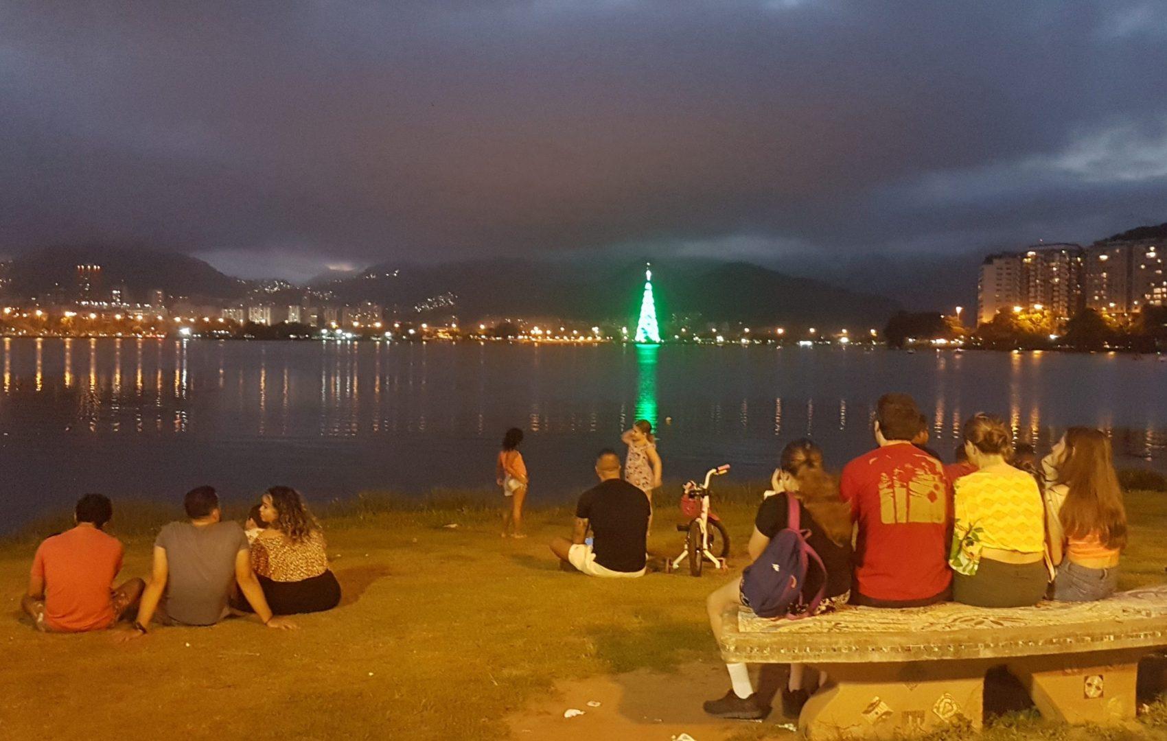 A árvore de Natal, flutuante e iluminada, da Lagoa: 70 metros de altura e 900 mil lâmpadas (Foto: Oscar Valporto)
