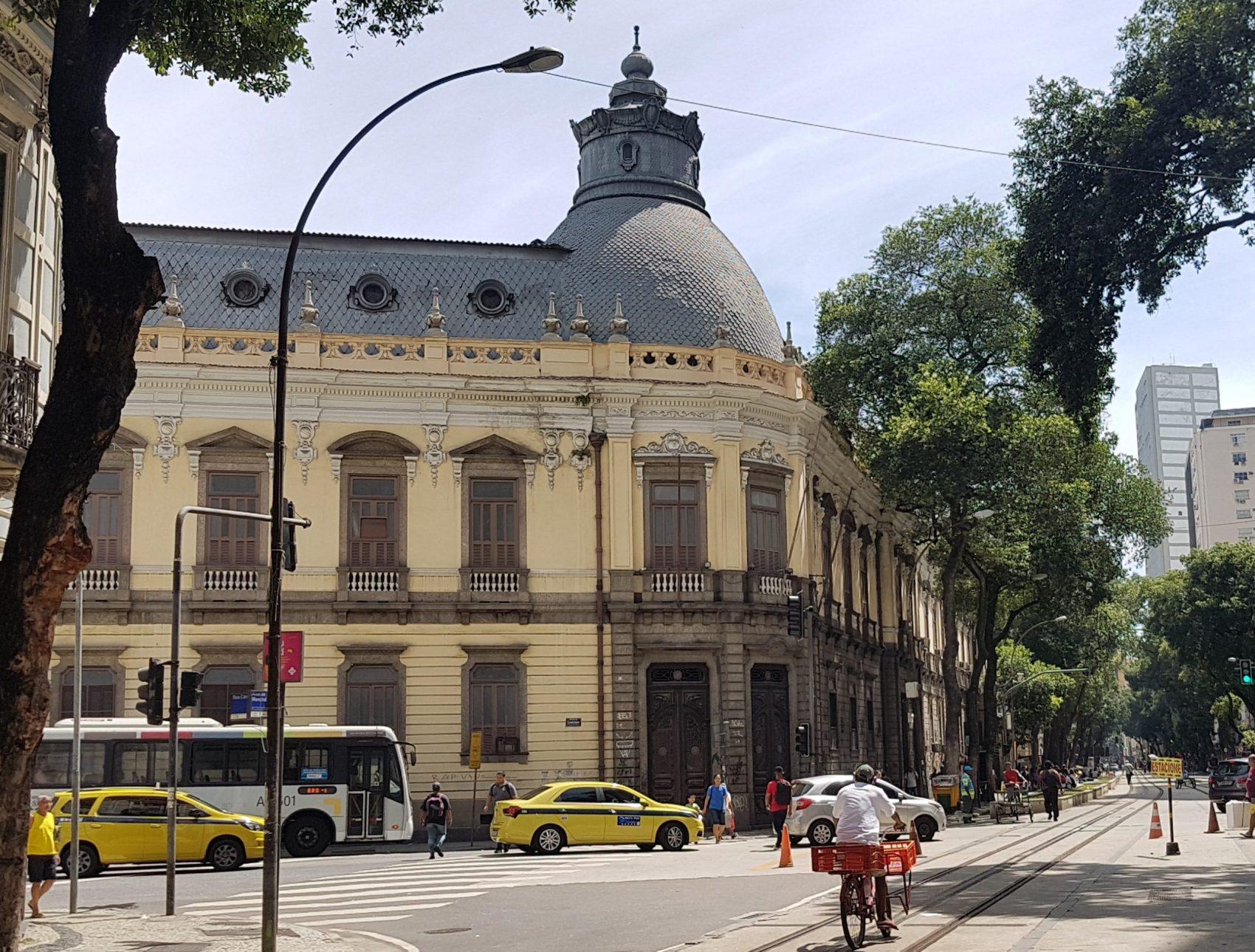 O prédio do Pedro II na Marechal Floriano, inaugurado em 1837 e reformado em 1874: de escola para a elite a endereço tradicional de movimentos de protesto (Foto: Oscar Valporto)