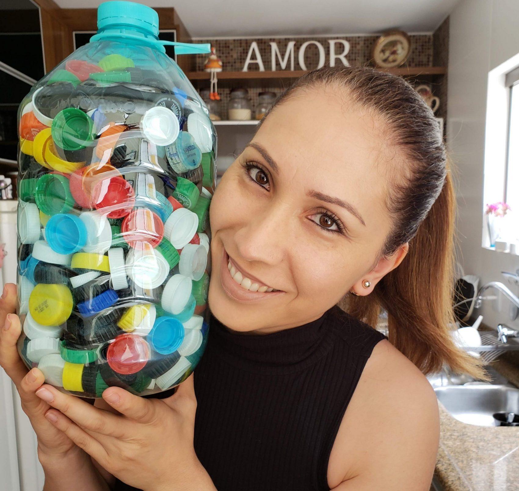 A professora e empresária Ana Lucia Zattar Coelho, criadora do perfil Ana Catadora, com tampinhas para reciclagem: sucesso com dicas de resoluções sustentáveis no Ano Novo (Foto: Arquivo Pessoal)