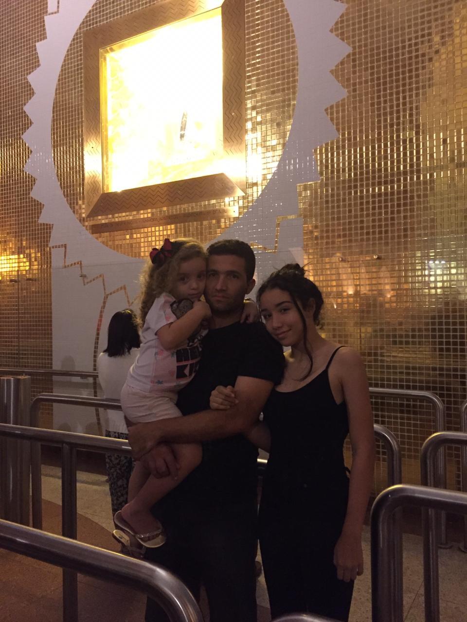 Carlos Rodrigo Magalhães e as duas filhas, que perderam a mãe em Brumadinho. Arquivo de família