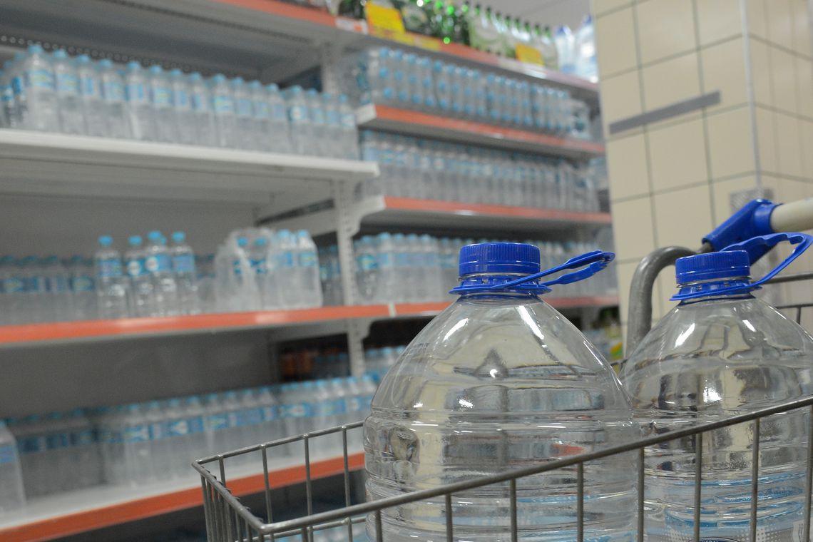 Crise de qualidade da água encanada aumenta a procura por água mineral engarrafada nos supermercados do Rio. Foto Fernando Frazão/Agência Brasil