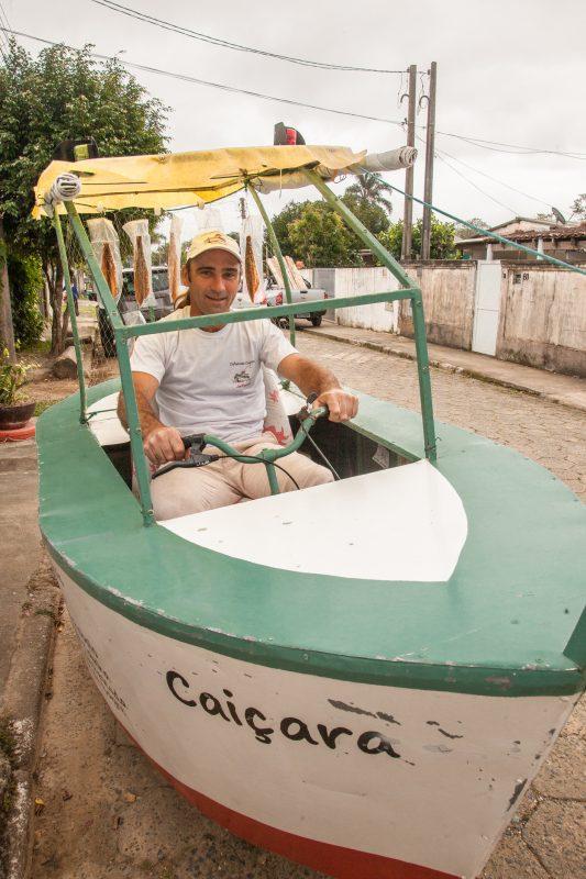 Jefferson Maraschi, da Defumado Caiçara: tainha, anchova, robalo e bagre branco enviados pelo correio e também vendidos de porta em porta com sua bicicleta em forma de barco (Foto: Caio Ferrari)