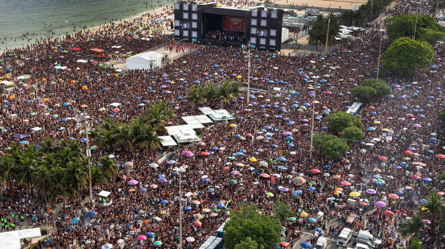 Multidão na apresentação do Bloco da Favorita em Copacabana: oposição dos moradores do bairro e do Ministério Público, alertando par transtornos, não conseguiu impedir evento (Foto: Fernndo Maia/Riotur)