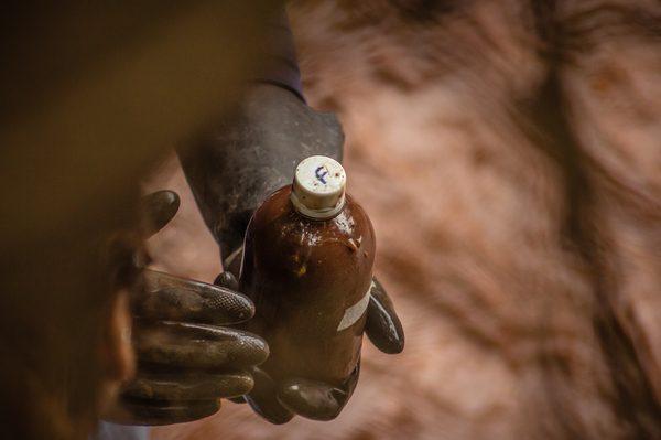 Recolhimento de amostras da água e de rejeitos durante a expedição: material agora em análise pela equipe de pesquisadores (Foto: Maria Otávia Rezende/UFJF)