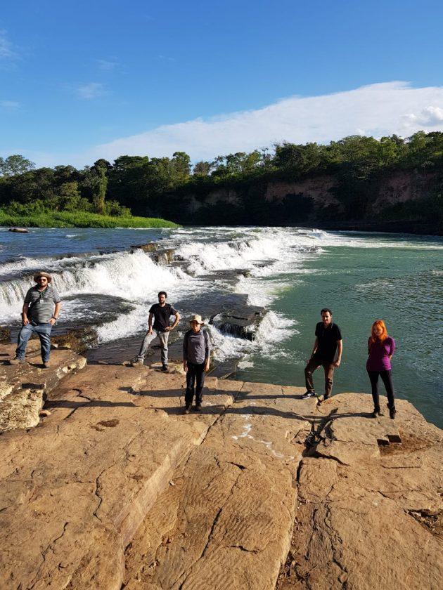 Equipe de pesquisadores em Curvelo (MG) antes da chegada dos rejeitos: 300 quilômetros coletando relatos e dados (Foto: Raul Mourão/UFJF)