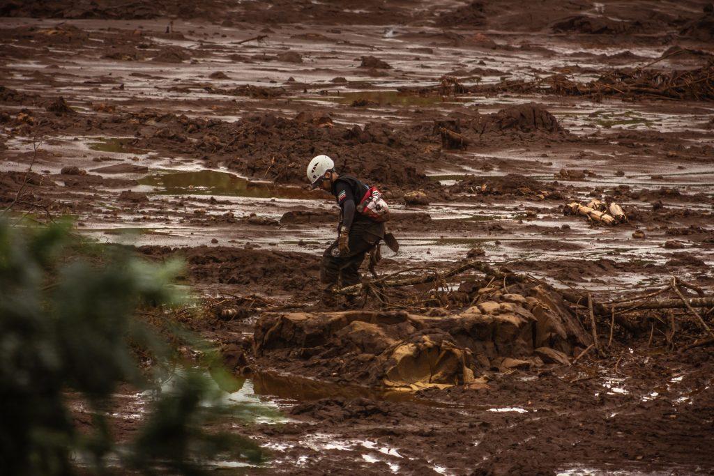 Trabalho de bombeiros após a tragédia de Brumadinho: pesquisadores coletaram dados e relatos ao longo do vale do Rio Paraopeba (Foto: Maria Otávia Resende/UFJF)