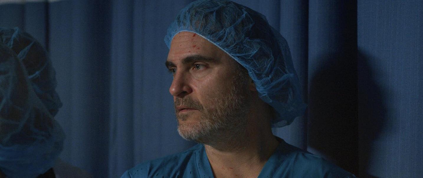 Joaquim Phoenix faz o papel de um cirurgião que tenta salvar um paciente com insuficiência cardíaca sistêmica. Foto Divulgação