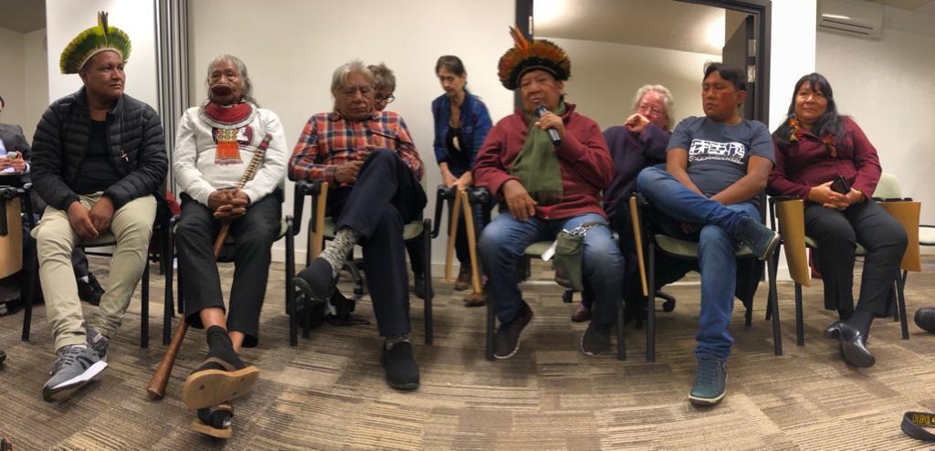 A partir da esquerda, Raoni Neto, o cacique Raoni, Megaron, Davi Yanomami, seu filho Dario e a deputada Joenia. Tainá de Luccas
