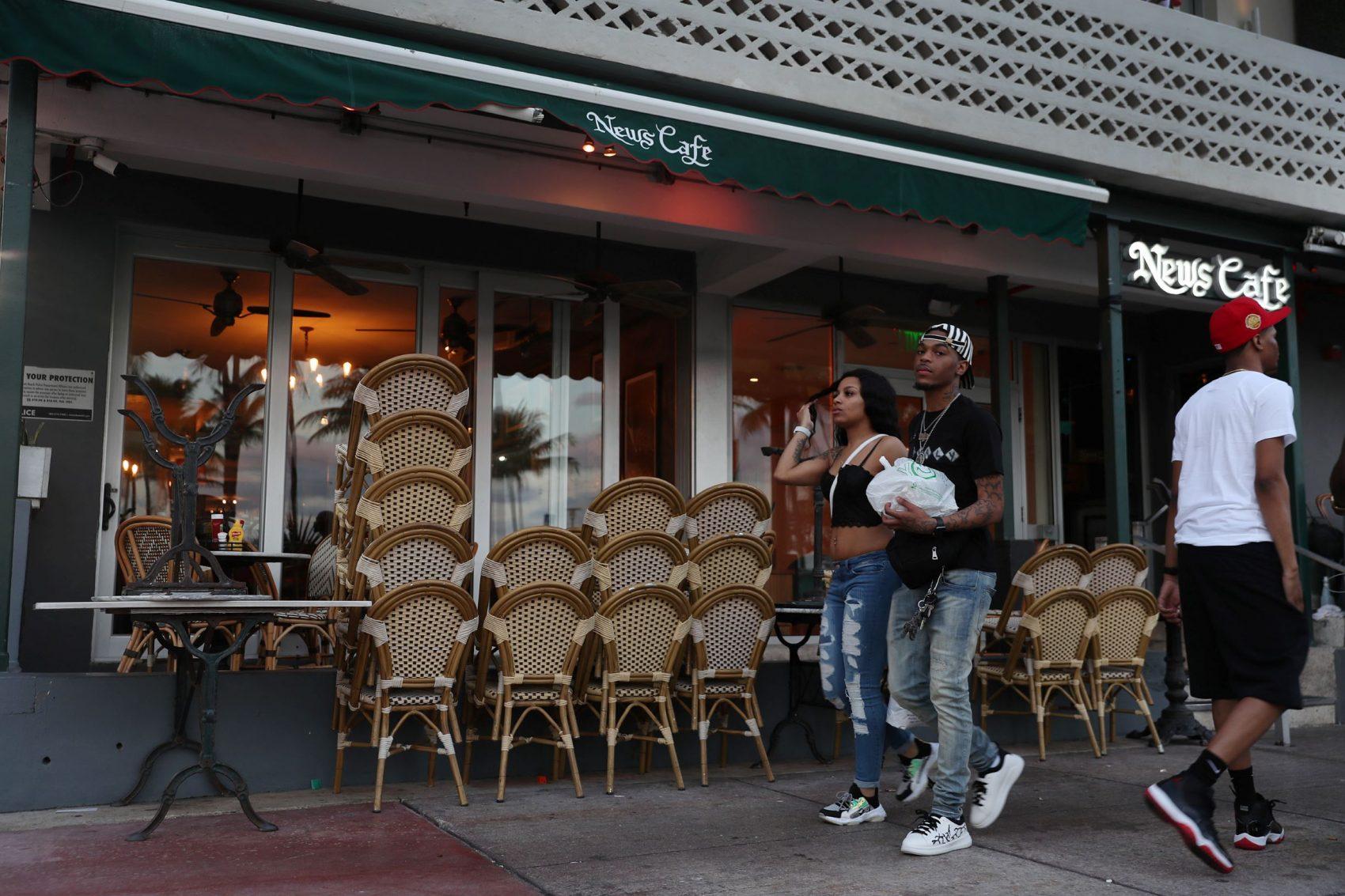 Bar fechado em Miami Beach, Flórida: garçons, vendedores e outros trabalhadores que recebem por hora serão os mais afetados pela onda recessiva (Foto: Joe Raedle/Getty Images/AFP)