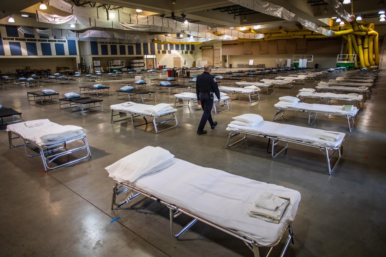 Um novo hospital de campanha com 125 leitos é instalado na Califórnia para atender as vítimas do Covid-19. Foto Apu Gomes/AFP