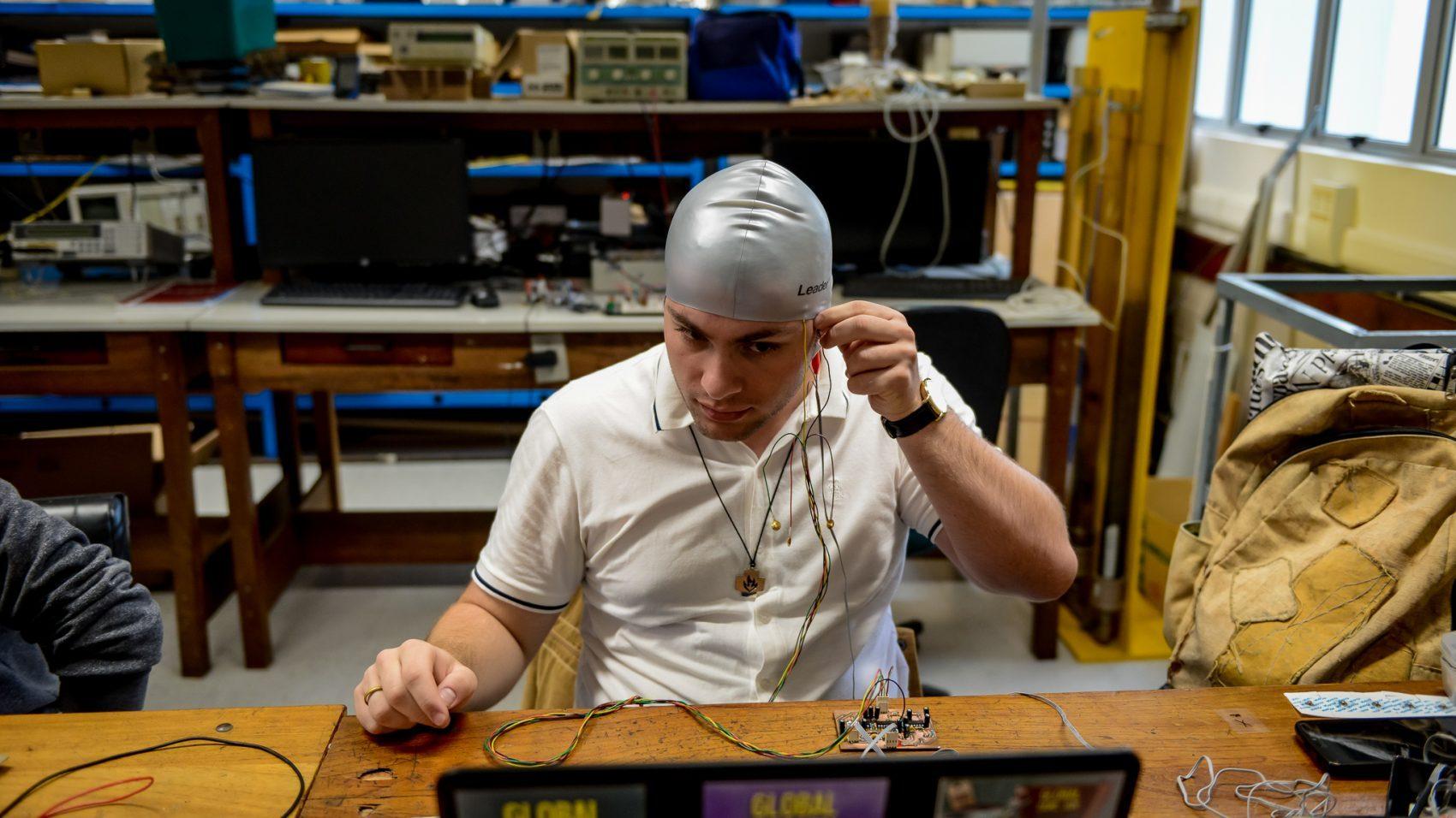 O estudante Victor Gabriel trabalha na pesquisa: desenvolvimento de eletrocardioagrama de baixo custo (Foto: Marcos Solivan/UFPR)