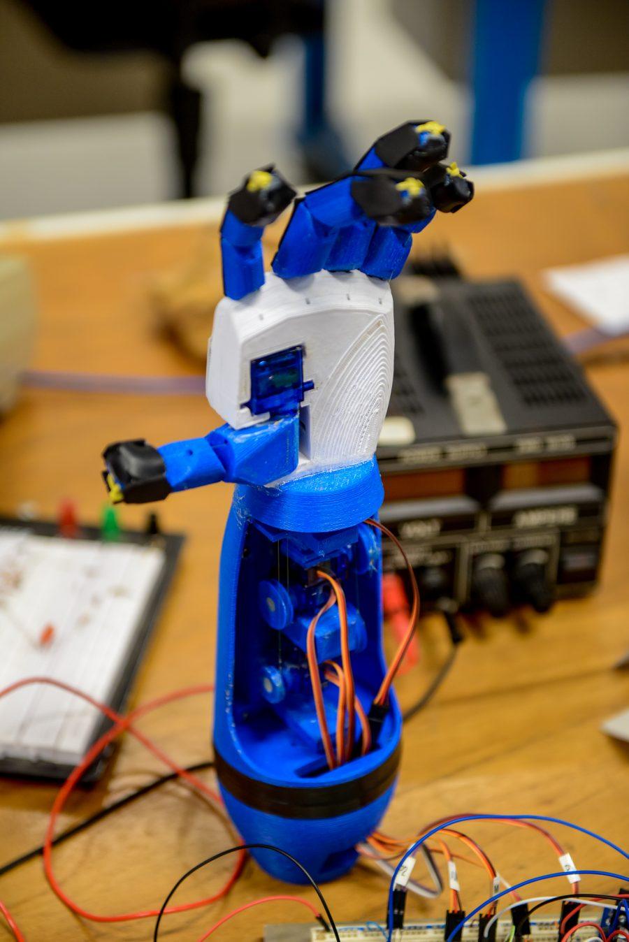 Protótipo de prótese desenvolvido na UFPR: movimentos por sinais cerebrais (Foto: Marcos Solivan/UFPR)