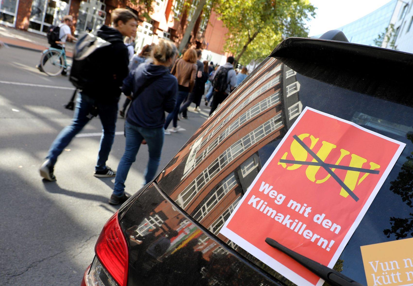 Cartaz colado em vidro de SUV durante protesto contra crise climática na Alemanha: veículo utilitário é apontado como vilão do clima (Foto: Oliver Berg/DPA/AFP)