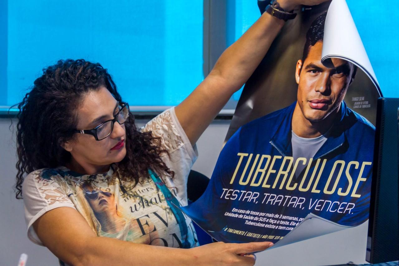 Cartaz da campanha contra tuberculose em 2015, com zagueiro Thiago Silva, curado da doença: tratamento é gratuito no SUS mas pobreza e desigualdade aumentam incidência (Foto: Secom/RO)