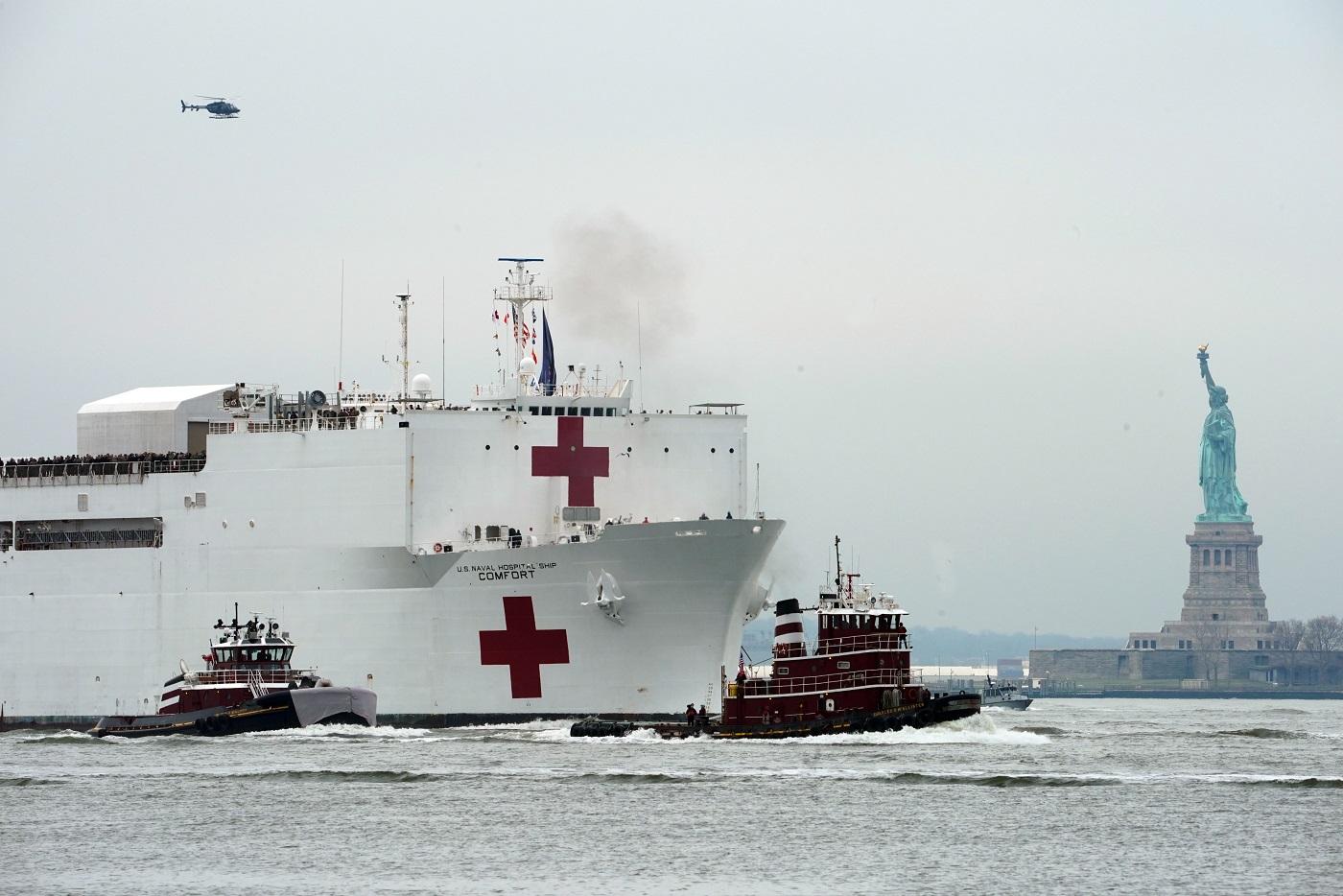 O navio médico USNS Comfort sobe o rio Hudson e passa pela Estátua da Liberdade. Ele conta com mais de mil leitos. Foto Bryan R. Smith/AFP