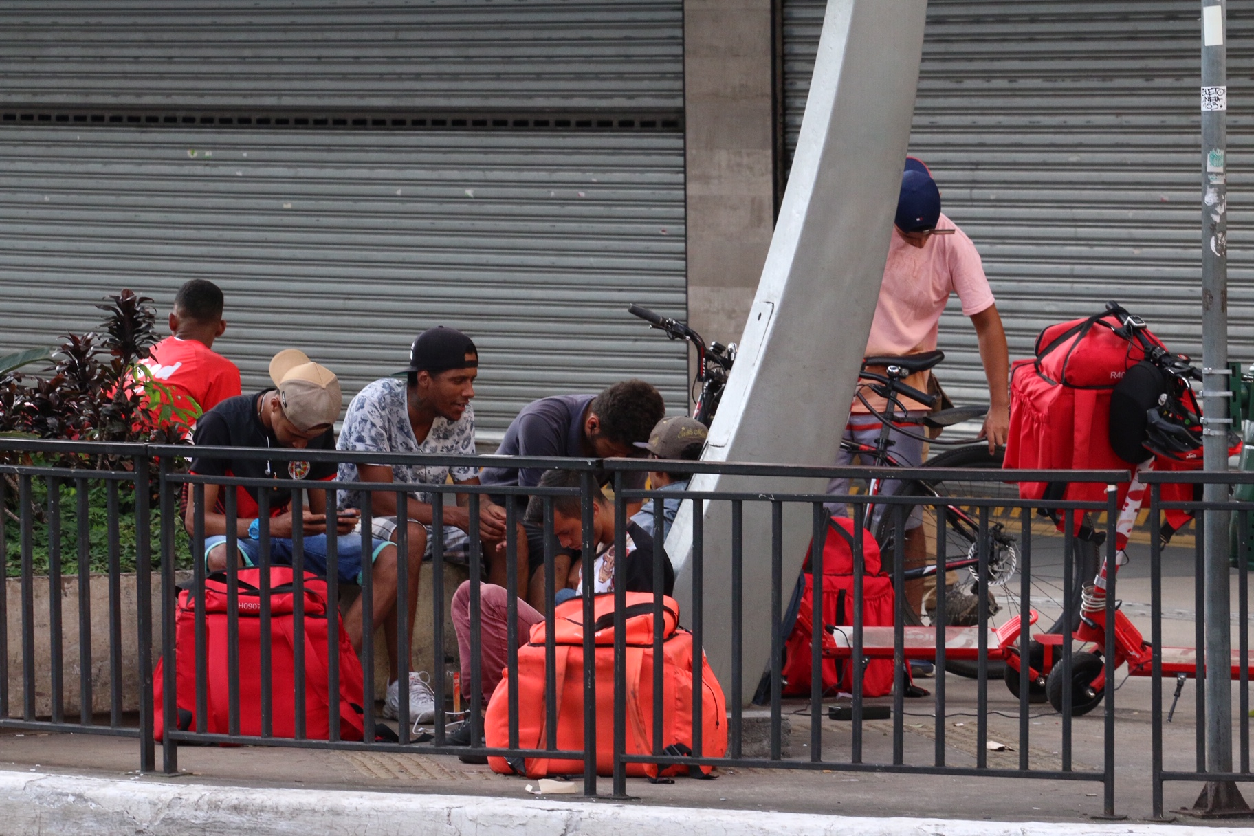 Entregadores nas ruas quase desertas de São Paulo semana passada: pandemia revela lado mais cruel da uberização (Foto: Ricardo Parizotti/Fotos Públicas)