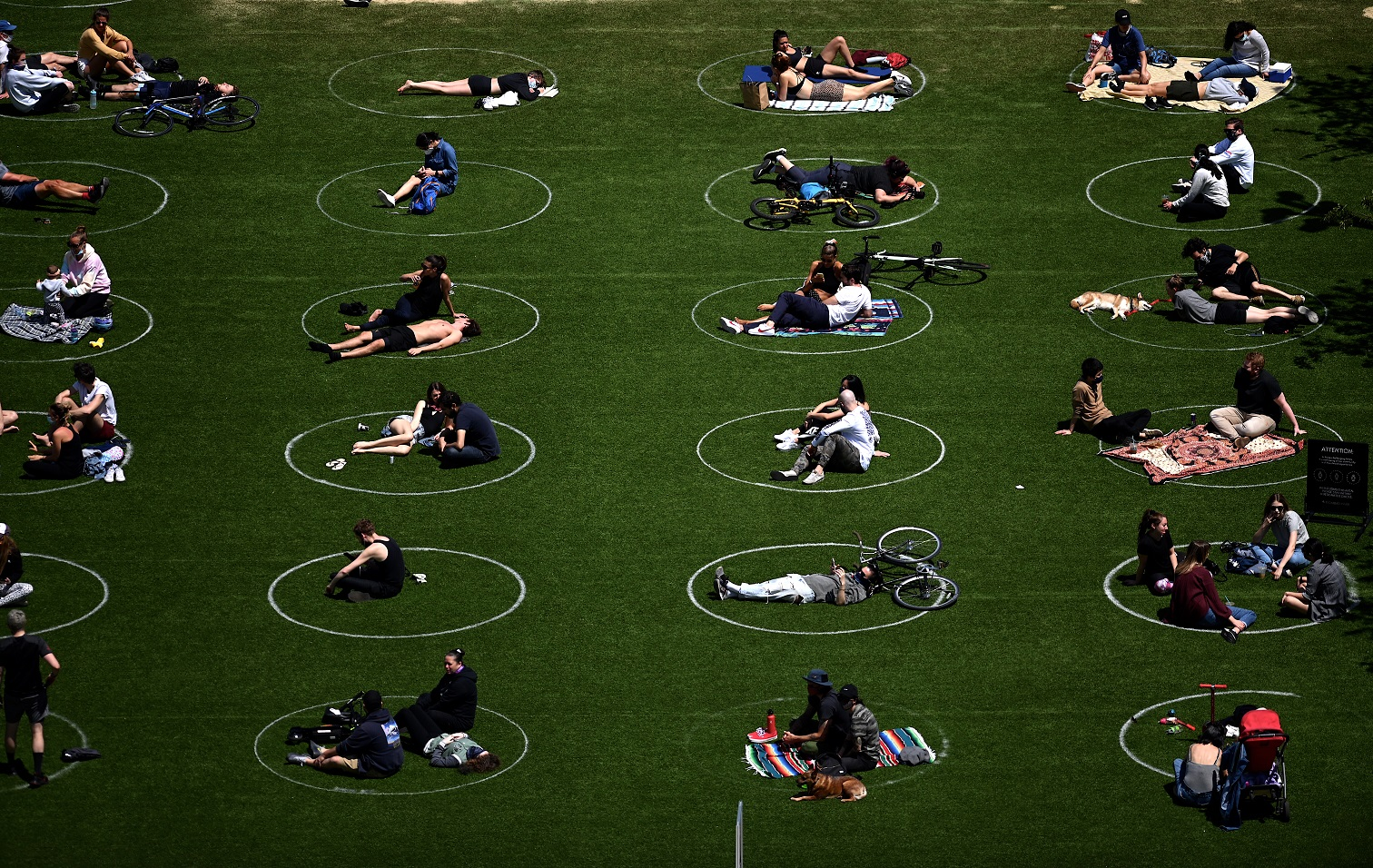 No Domino Park, no bairro do Brooklyn, em Nova York, círculos brancos marcam o distanciamento social necessário durante a pandemia. Foto Johannes Eisele/AFP