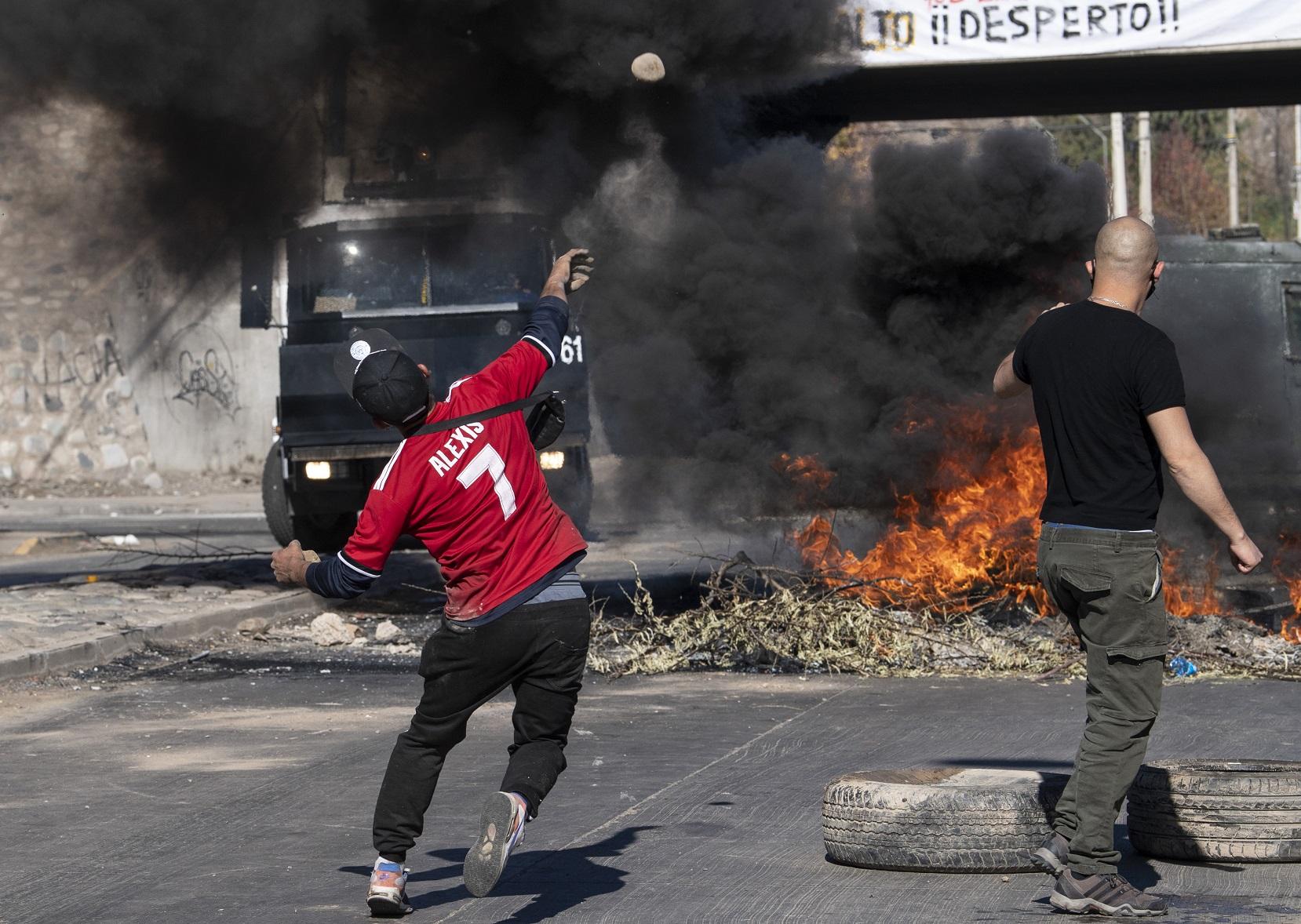 Manifestantes protestam contra o governo do presidente chileno, Sebastian Pinera, em meio à pandemia da covid-19. Foto Martin Bernetti/AFP